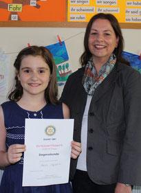 Wieder daheim bei ihrer Klasse 4f: Stolz präsentiert Marija ihre Siegerurkunde gemeinsam mit ihrer Klassenlehrerin Claudia März