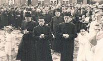 Zusammen mit Pfarrer Arnold (Mitte) wurden vor 50 Jahren Erhard Unterburger und Ludwig Bock zu Priestern geweiht. Foto: Arnold