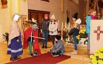 Kinder setzten die Martinslegende in Szene.