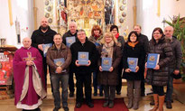 Pfarrer Arnold überreichte an die Kirchenhelfer die Bibeln.