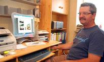 Alois Eiber gibt an seinem PC einen Überblick über das Buch zum Jubiläum. Foto: Hladik
