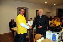 Kirchenpfleger Alois Eiber (l.) bedankte sich beim Referenten für den interessanten Vortrag.