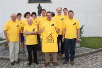 Gelbe T-Shirts fürs Jubiläum: Auch Pfarrer Raimund Arnold (4. v. l.) hat eins.