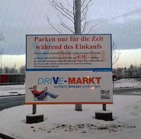 Ein fast perfektes Schild an der Einfahrt zu einem Parkplatz. Die Kosten für eine Vertragsstrafe werden mit 25 Euro deutlich beziffert. Zudem erfährt der Fahrer, dass er nur während des Einkaufens auf dem Parkplatz parken darf.