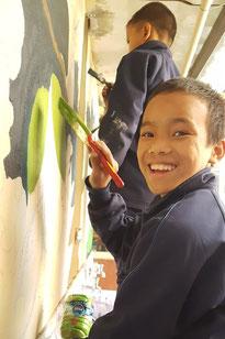Kinder beim Bemalen einer Wand