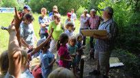 Reinhold Spall zeigt seinen Gästen die Welt der Ameisen