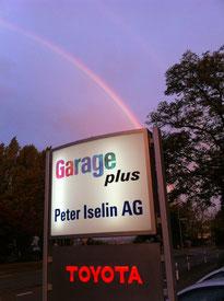 Garage Plus Tafel unter doppel Regenbogen.