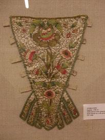 Besticker Rokoko-Stecker mit Laschen zur Befestigung auf dem Korsett, 1700-25, V&A Museum (flickr, Foto von moorina)