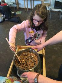 Das Gemisch aus Körnern und Fett wurde vorsichtig erhitzt.