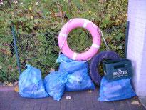 Die Bilanz der Müllsammelaktion im Naturschutzgebiet: 5 Säcke voll Müll, eine leere Bierkiste, ein Autoreifen und ein Rettungsring. Foto: P. Müller