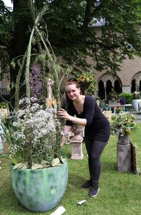 Während ihrer Prüfung gibt die ange-hende Floristin Jenny Bär ihrem ge-pflanzten Werkstück den letzten Schliff.