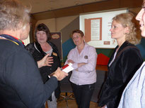 Jutta Neubauer vom Verein Frauen helfen Frauen und Gleichstellungs-beauftragte Gabriela Petersen im Gespräch mit Gästen