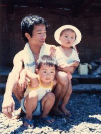 父知行、兄圭介とともに日御碕の海水浴場にて