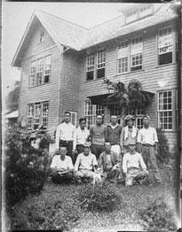 当時の庁舎前で撮影された集合写真(戦前頃)