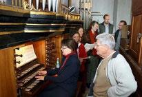 l'Organiste Helga Schauerte, à l'orgue Donat de Luckau en compagnie des chanteurs de l'Immortal Bach Ensemble et de Bernard Neveu.