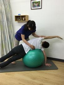 側弯症の矯正運動をバルーンを用いて行います。