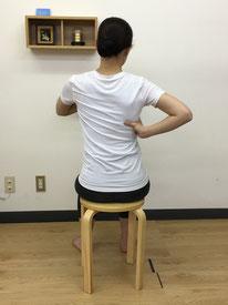 座った状態で側弯症の変形を修正して行きます。