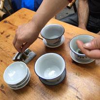お茶の葉は、直接湯呑みに入れます。