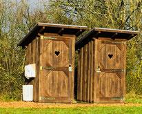 Holzhäuschen als Toilette oder Dusche