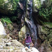 到着!高さ10mほどのミニ滝出現。水量が少なくて滝っぽさが半減ですが、岩盤にもたれかかった巨石が結構迫力あります。
