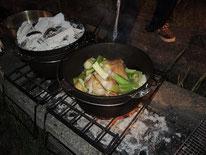 こちらは丸鶏ローストチキン。おなかにピラフを詰めて、クレイジーソルト塗りまくり、セロリ、玉ねぎ、にんにく、にんじん、ジャガイモと一緒にダッチオーブンでこんがり焼きます。2つしか写ってませんがダッチオーブンは3つです。
