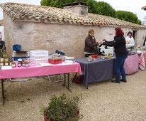 marché fermier à la Pérotonnerie de Rom, différentes étales de produits locaux