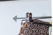 Coloca barras en la pared del fondo del aramario para aprovechar ese espacio y puedes colgar prendas que no utilices a menudo - AorganiZarte