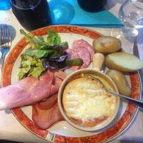 Aus dem Jura kommen der Morbier Käse der Comtois Käse, die deftigen Morteau Würste und der saftige Jura Schinken