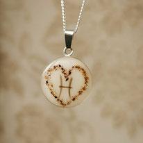 """18 mm Medaillon mit Herz aus Nabelschnurflöcken und """"H"""" aus einer Haarsträhne"""