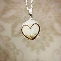 Medaillon mit Herz aus Haarsträhnen und Blattgold