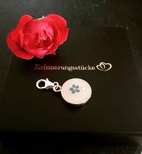 Charmanhänger Medaillon mit Sternchen und Vergiss-mein-Nicht Blüte