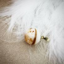 Muttermilchperle mit Echtgoldaufhängung und eingearbeiteter Haarsträhne mit Nabelschnurflöckchen