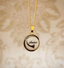 vergoldetes 18 mm Medaillon mit 3 verschiedenen Haarsträhnen und eingearbeiteten Namen.