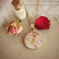 18 mm Medaillon rosévergoldet mit Schmetterling aus Haarsträhnen und Blüten