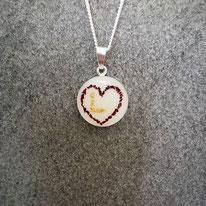"""Medaillon mit einem Herz aus einem Verlobungsstrauss und dem Buchstaben """"L"""" aus Nabelschnurflöckchen"""