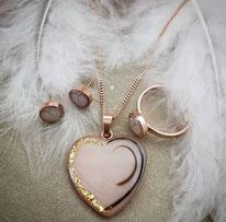 Herzanhänger, gefüllte Ohrringe und gefüllter Ring mit eingearbeiteten Haarsträhnen und Blattgold