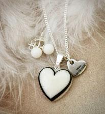 Muttermilchherz mit einer Haarsträhne in Herzform, Edelstahl Gravurplättchen und Perlohrstecker