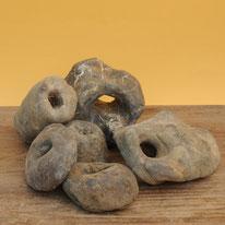 Steine mit natürlichen Löchern. Verschie-dene Grössen und Formen. Pro Kilo 4.–