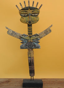 Bemalte Figur aus recyceltem Teakholz. Höhe 107 cm. 325.–