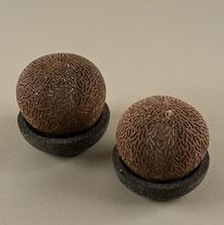 LED-Kerzenlampe, Kokos auf Steinschale. Höhe und Durch-messer ca. 10 cm. 45.–