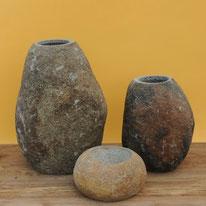 Naturstein-Vasen und -Töpfe mit schöner Naturfärbung. Höhen 14 - 40 cm. 35.– bis 110.–