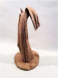 Dekoratives Stück Teak mit natürlich gewachsenem Knick auf Sockel. Höhe 100 cm. 225.–