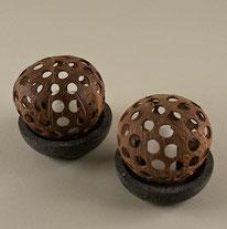 LED-Kerzenlampe, Kokos auf Steinschale. Höhe und Durch-messer ca. 10 cm. 30.–