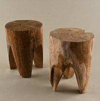 Hocker / Tischchen aus Plantagen-Teak. Höhe ca. 40 cm, Durchm. ca. 25 cm. 120.–