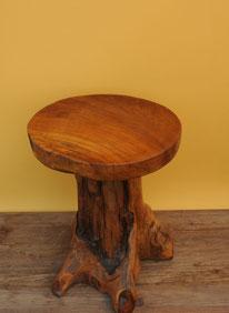 Hocker / Tischchen aus Teakholz. Höhe 51 cm, Durchm. 42 cm. 150.–