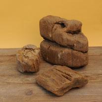 Versteinertes Holz. Weiche, ero-dierte Formen, da aus Flüssen gewonnen. Ideal für Steingarten-Gestaltung. Preis Kg/5.-