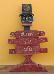 Bemalte Figur aus recyceltem Teakholz. Höhe 90 cm. 325.–