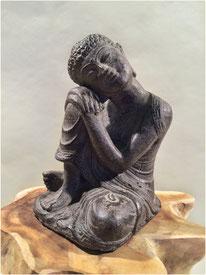 Buddha, Kopf auf Knie Höhe 25cm. 40.- LETZTE STÜCKE