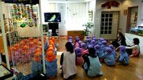 写真1 映画を見てホタルの生態を学習