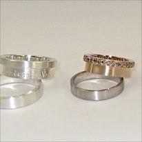 Die Secret Ringe, einmal in Roségold mit umlaufend braunen Brillanten Weißgoldring, das gleiche Modell in Silber ohne Steine
